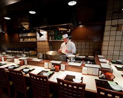 """天ぷら屋の醍醐味""""カウンター""""。1階席には2つございます。"""