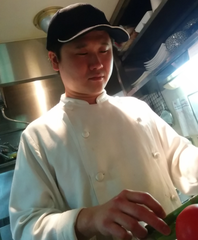事業部料理長 諫本 雄介(いさもと ゆうすけ)