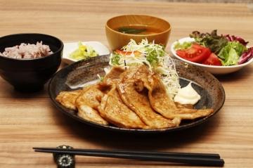 手づくり食堂 ぱんぷきん 〜選べる小皿と名物とん汁〜